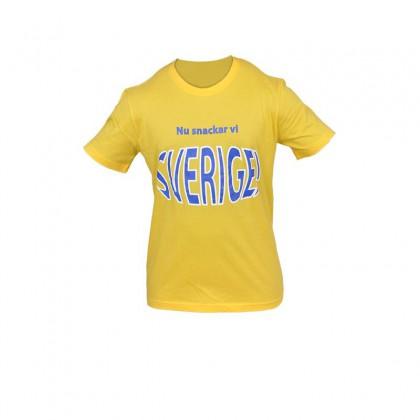 "SWE T-shirt ""Nu snackar vi Sverige!"" gul"